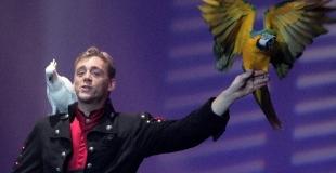Magicien avec ses perroquets