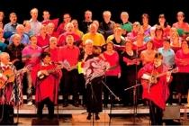 Le groupe Los Koyas interprétant sur scène la Misa Criolla avec les choeurs Val Canto et Les Uns