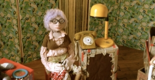 Mamie Fripe dans son salon