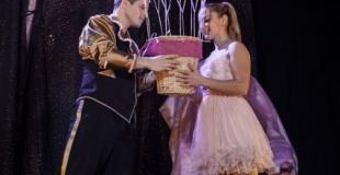 Flavio et la petite fille aux ballons autour de la montgolfiere