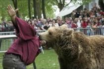 Jean philippe dans la geule d'un ours brun énorme