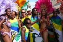 Photo de groupe (danseuses, percussionistes et capoerisites)