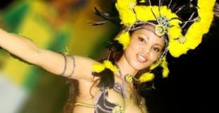 Danseuse de samba accompagnée d'un musicien