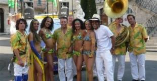 les musiciens  et les danseuses de maracana
