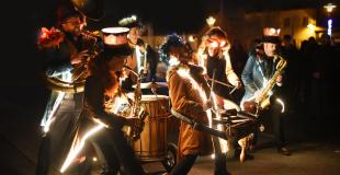 La fanfare lumineuse Royal Sapiens (KAFI) débarque avec ses percussions et cuivres pour animer les r
