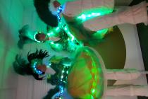 a decouper voiture 2 wim percussion compagnie parade lumineuse sous les tropqiues batucada tambours danse echasse.JPG