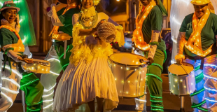 batucada-lumineuse wim percussion parade lumineuse sous les tropiques echasse danse tambours lumineux (800x560)
